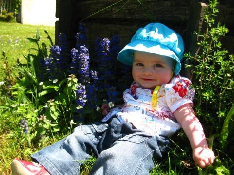 http://lestourtereaux.free.fr/blog/mai-2010/alizee-fleurs-4.jpg