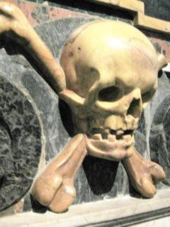 Un tête de squelette tout en marbre