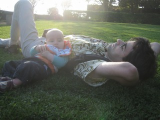 Avec son papa, couché dans l'herbe